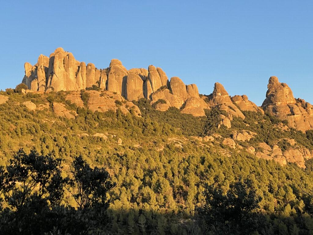 Montserrat que reflecteix la llum del sol que es pon, com fa la lluna.
